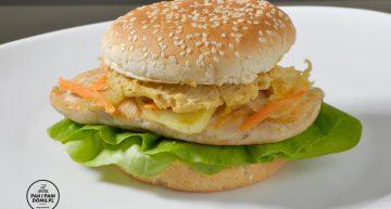 Burger z kurczaka z sałatką coleslaw i fenkułem