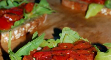 Bruschetta z pomidorkami i rukolą