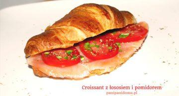 Croissant z łososiem i pomidorem