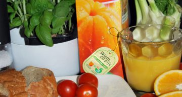 Omlet śniadaniowy z pomidorkami koktajlowymi i bazylią