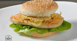 Burger z kurczakiem z sałatką coleslaw i fenkułem